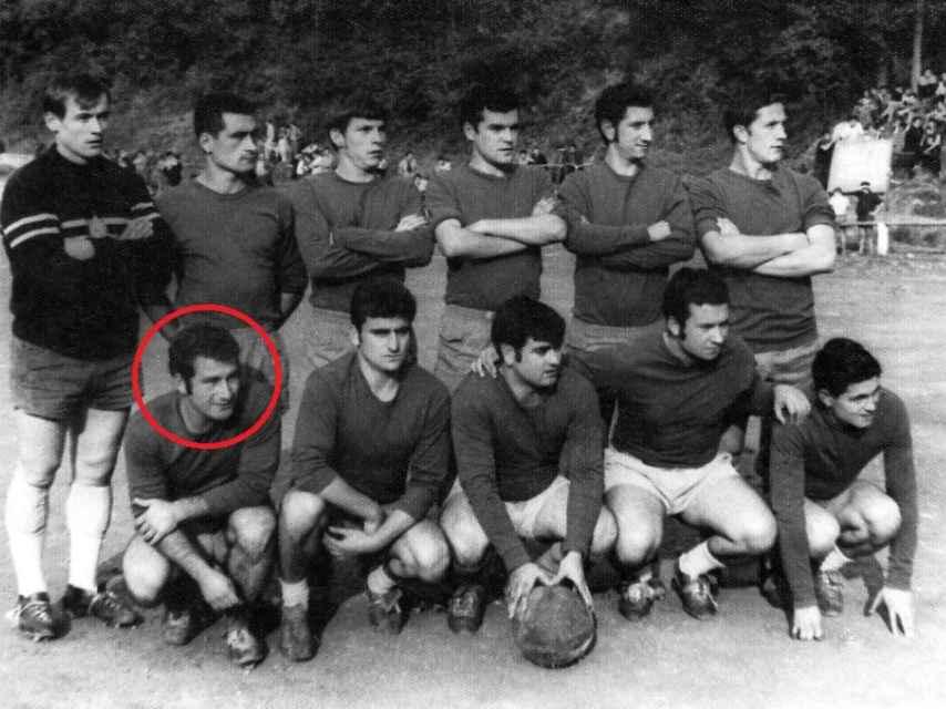 José Ángel Fernández Villa, el primero de abajo por la izquierda, como jugador del C.D. Tuilla.