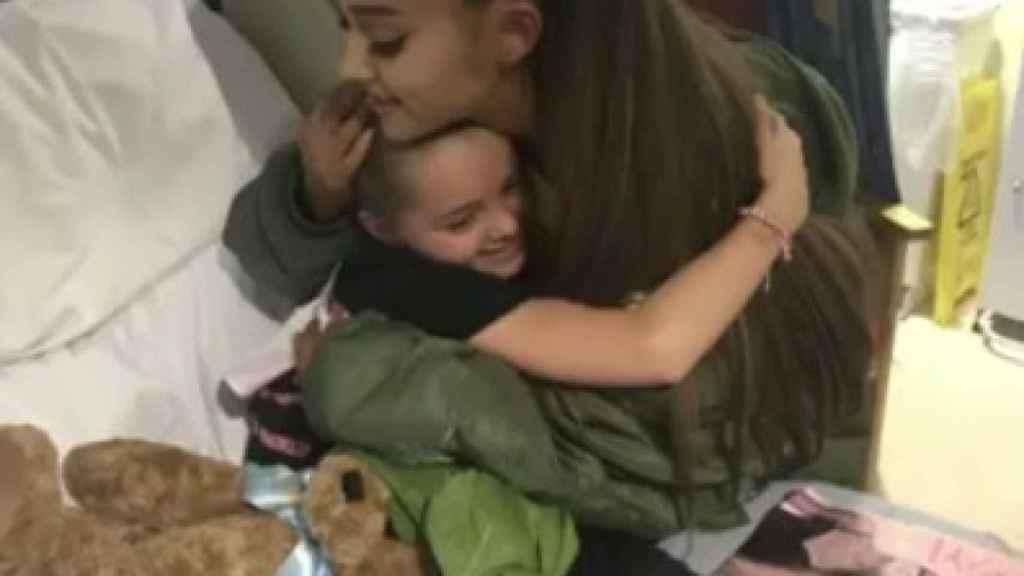 Ariana Grande regala un oso a una de las pequeñas que siguen hospitalizadas.