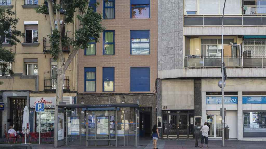 El 133 de Delicias, con ventanas azules, es más nuevo que el 127. Tiene 5 pisos y guardias de seguridad clandestinos en la puerta
