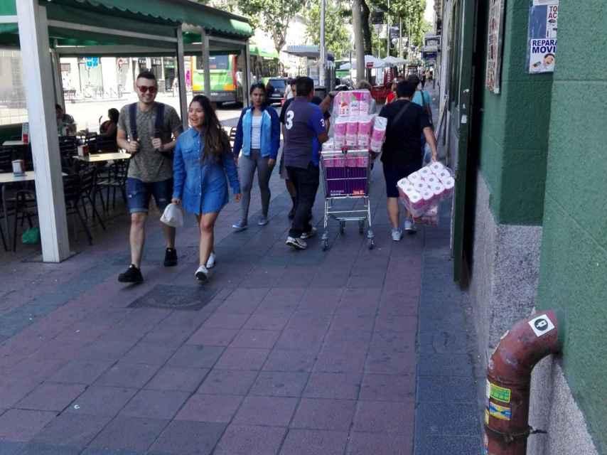 Los recaderos del 133 llevan un carro lleno de papel higiénico para las chicas