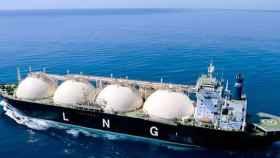 Buque que transporta gas natural licuado.