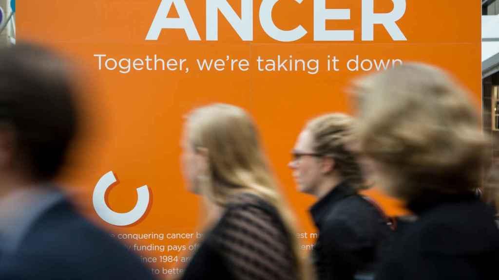 Un simbólico cártel sobre la lucha contra el cáncer.