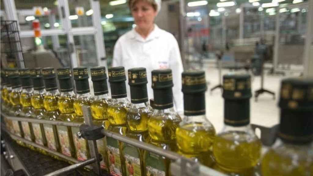Una envasadora de aceite de oliva Carbonell, una de las marcas de Deoleo.