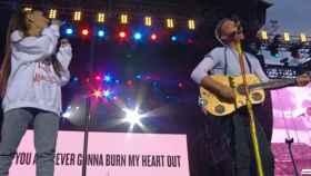 Ariana Grande y Chris Martin, de Coldplay, durante la canción