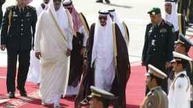 El rey saudí, Salman bin Abdulaziz camina con el emir de Qatar Tamim bin Hamad al-Thani, en la última cumbre en Riad.