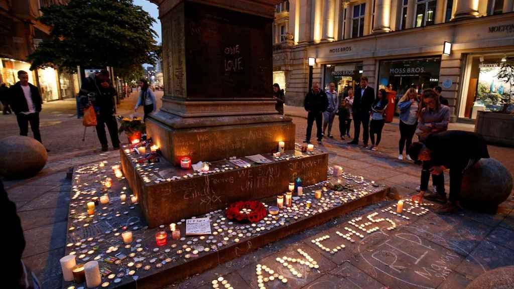 Memorial por las víctimas del Manchester Arena, donde murieron 22 personas