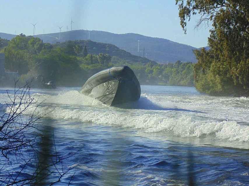 Una lancha a toda velocidad cruza el río Guadarranque, uno de los puntos más calientes del narcotráfico en España.