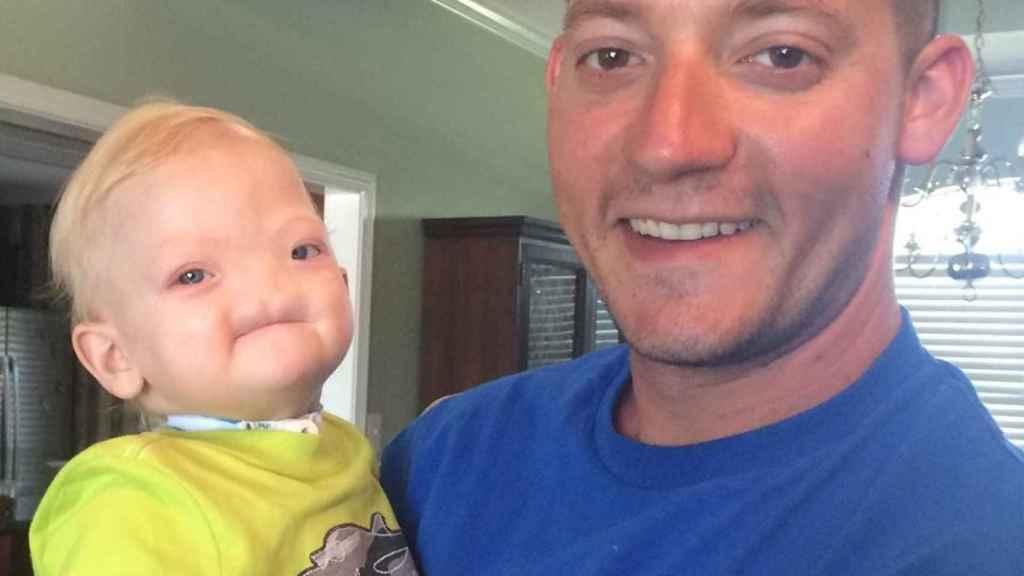 Eli junto a su padre, Jeremy Finch.