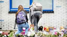 Estudiantes dejan flores y velas en la escuela Oostwende (Holanda), en honor a una de las niñas asesinadas.