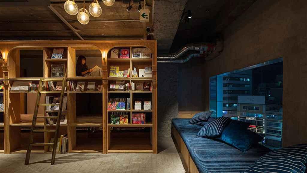 El Book and Bed Tokyo, es un hostel u hostal situado en el séptimo piso de un rascacielos en el distrito de Ikebukuro.
