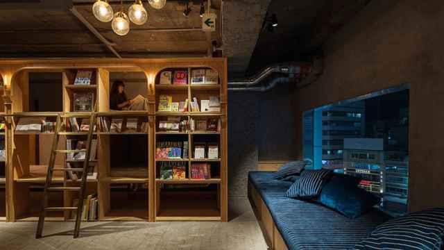 """El Book and Bed Tokyo, es un """"hostel"""" u hostal situado en el séptimo piso de un rascacielos en el distrito de Ikebukuro."""