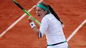 Ostapenko, celebrando su victoria ante Wozniacki.