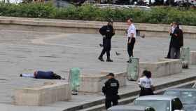 Agentes de policía junto al atacante herido en Notre Dame.