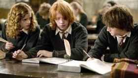 Hermione, Ron y Harry hincando los codos