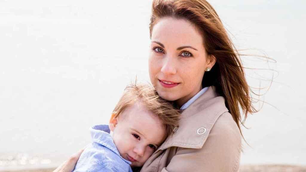 Cada vez son más las madres que se ocupan del cuidado de su primer hijo