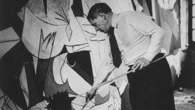 Pablo Picasso durante la creación del Guernica, retratado por Dora Maar.