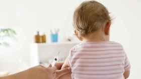 Vacunando a un bebé.