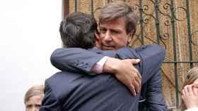 Abrazo entre Francisco Rivera y Cayetano Martínez de Irujo.