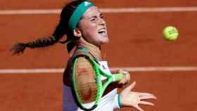 Ostapenko, golpeando una derecha en las semifinales de Roland Garros.