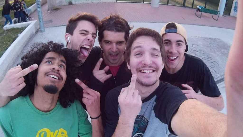 Ignacio, en el centro, con diadema y camiseta roja, con sus amigos de Londres en una foto de los últimos meses.