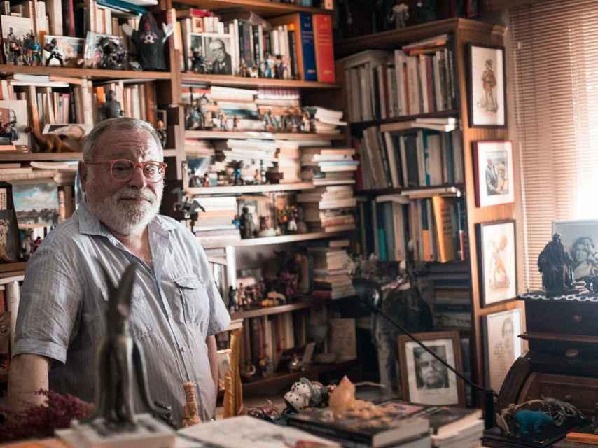 Savater posa en la estancia de su casa madrileña dónde escribe.