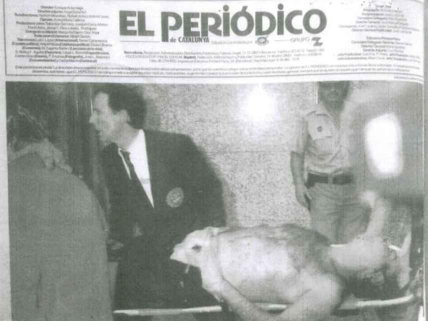 Contraportada de El Periódico de Catalunya; en traje y al fondo, Pedro Ortega.
