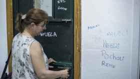 Una profesora del Domínguez Ortiz, cerrando por dentro, una de las aulas del centro