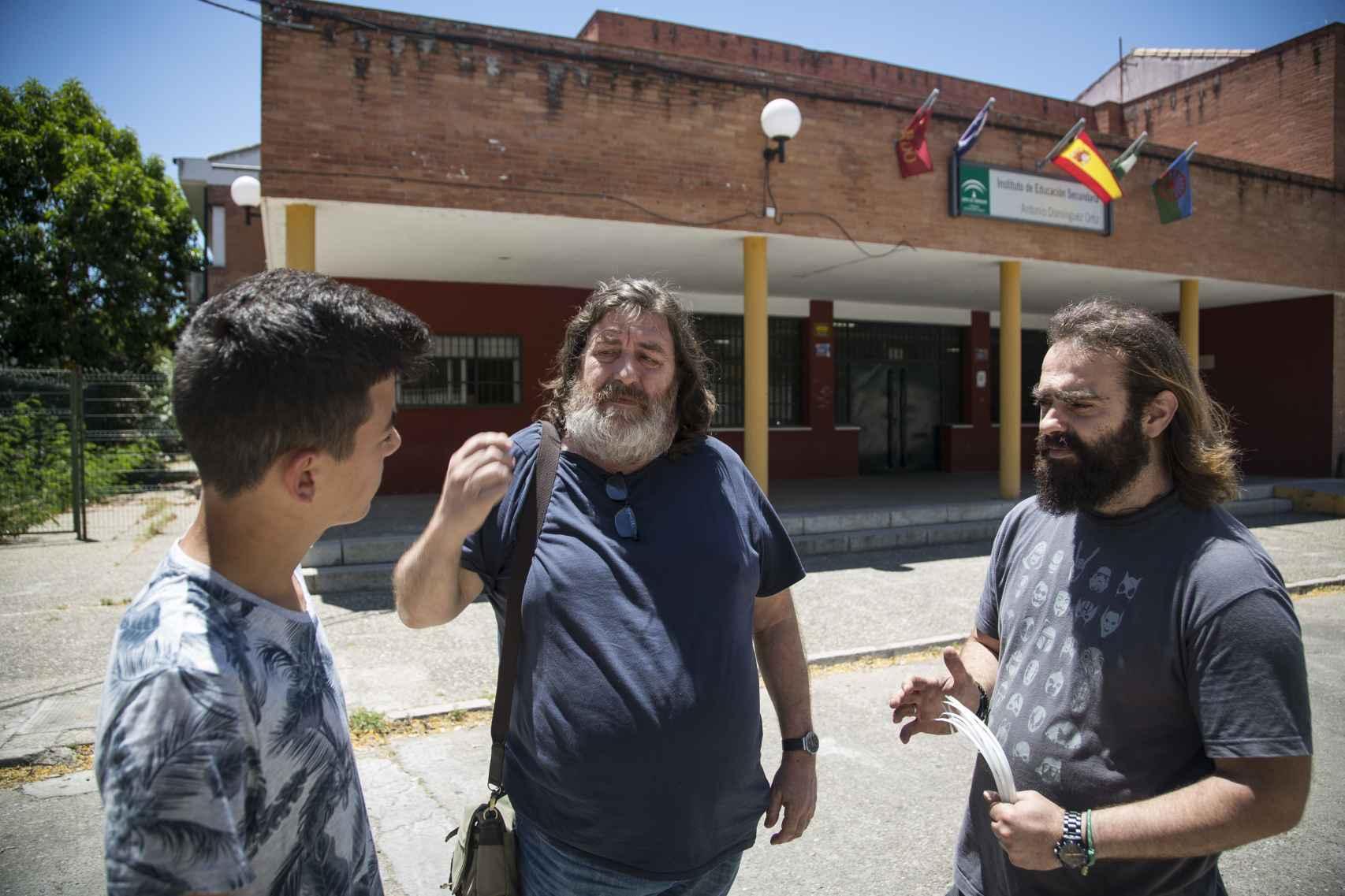 El director Manuel Gotor junto al profesor Carlos Becerra en la puerta del Instituto.