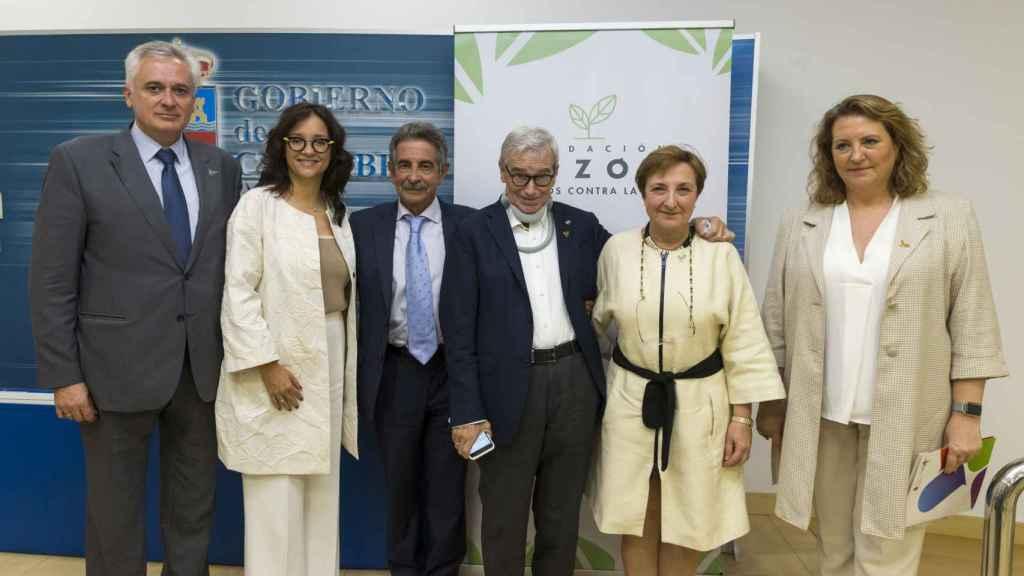 Francisco Luzón, en el centro, junto a Miguel Ángel Revilla, presidente de Cantabria, tras suscribir el acuerdo sobre la ELA.