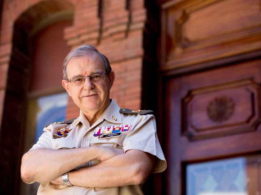 El general Ballesteros posa a la entrada de la sede del CESEDEN.