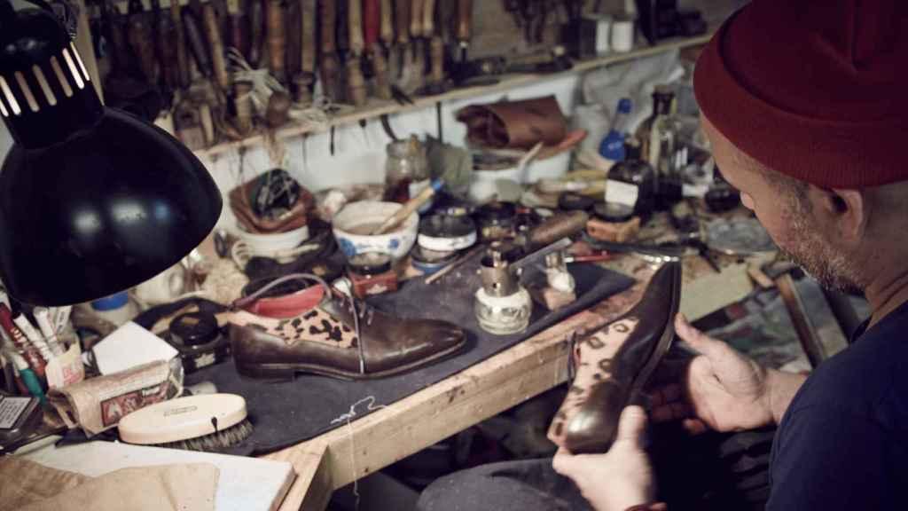 El zapatero, durante uno de sus laboriosos trabajos.