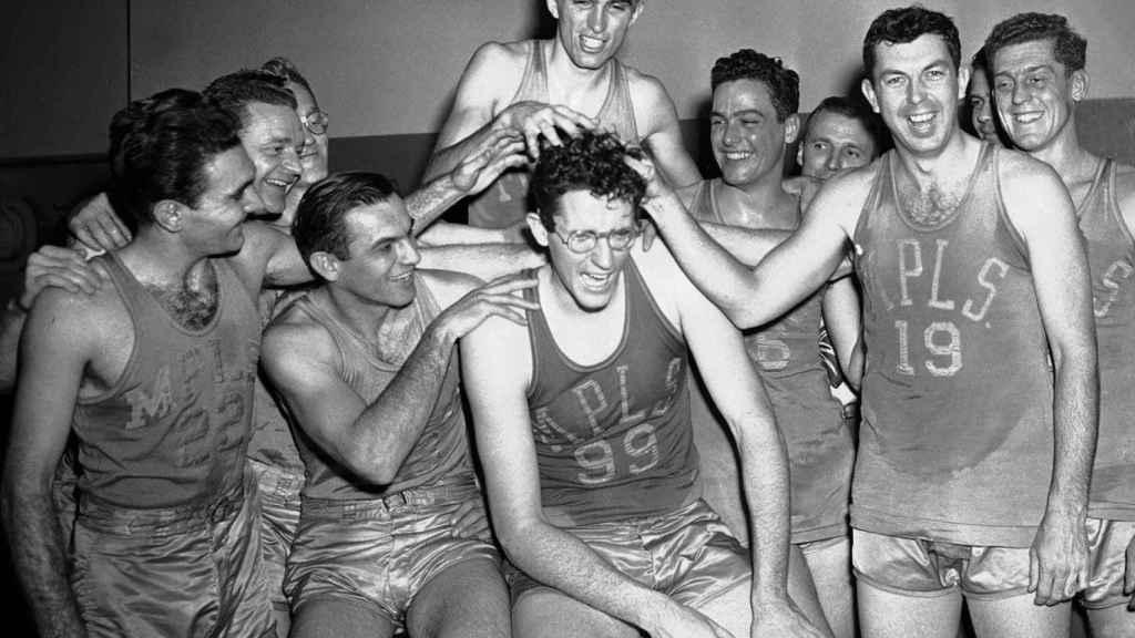 Los Minneapolis Lakers de Mikan celebrando uno de sus títulos.