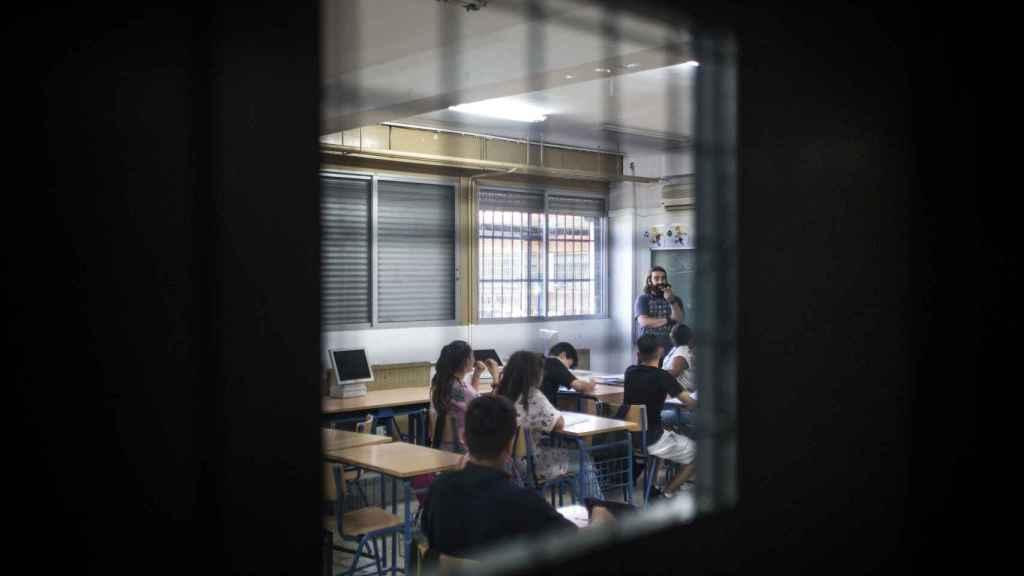 Puerta de hierro con barrotes de acceso a una de las aulas del centro Domínguez Ortíz