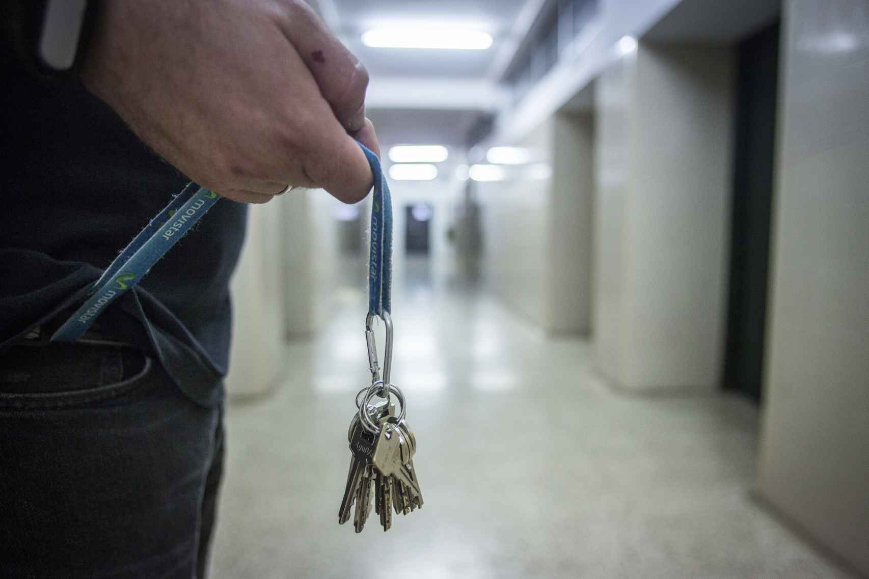 Las llaves sujetas permanentemente a la ropa es una características de los profesores del Domínguez Ortiz. Foto: Fernando Ruso.