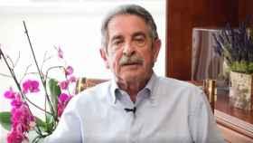 Miguel Ángel Revilla hablando a cámara desde su despacho.