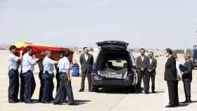 Mariano Rajoy a la llegada del féretro de Ignacio Echeverría en la base aérea de Torrejón de Ardoz.