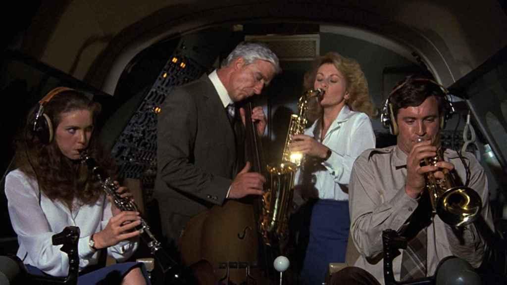 Un fotograma de 'Aterriza como puedas', la película que hizo famoso el ¿hay algún médico en este avión?