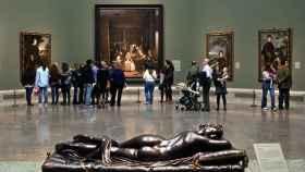 Las meninas al fondo, en la sala principal del Museo del Prado.