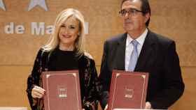Cristina Cifuentes y José Arnau, muestran el convenio firmado.
