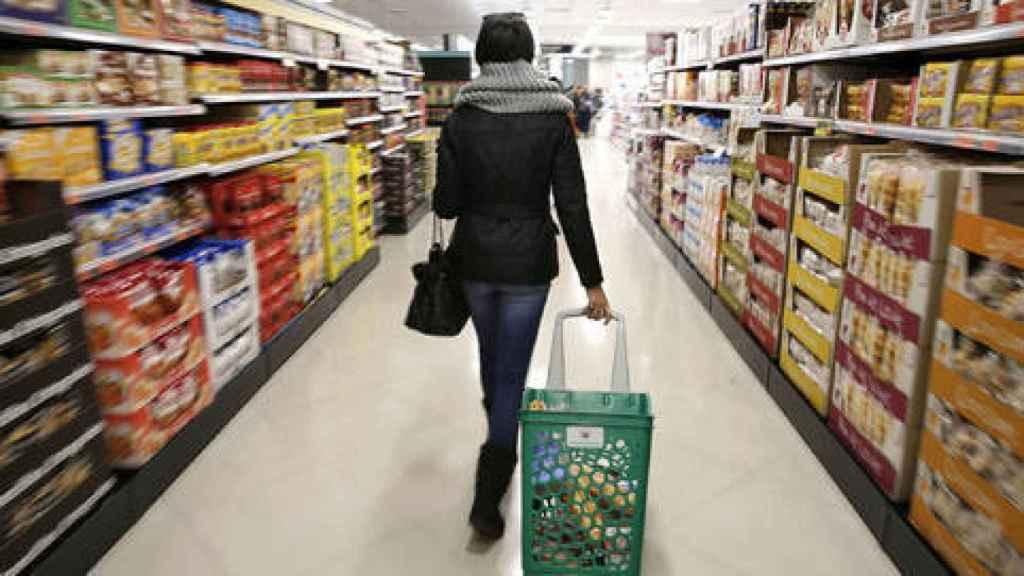 Una mujer hace la compra en Mercadona.