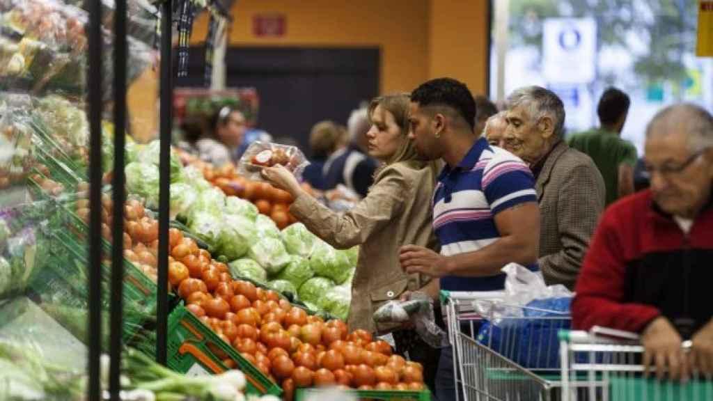 Varios clientes en un establecimiento del Mercadona
