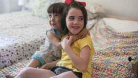 Nora y María Pilar sufren sendas enfermedades que les afectan al sistema intestinal. En la foto, en la habitación de uno de los pisos de NUPA.