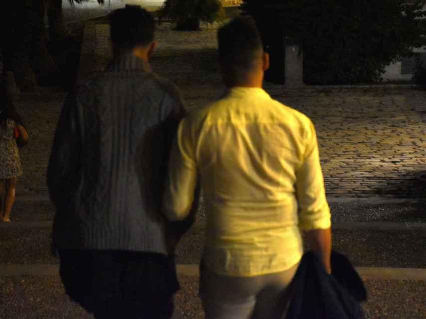 El Código Penal de Marruecos castiga a cualquiera que cometa un acto impúdico o contra natura con un individuo de su sexo con penas de cárcel de seis meses a tres años y una multa de 20 a 100 euros, a menos que el hecho constituya una acción más grave.