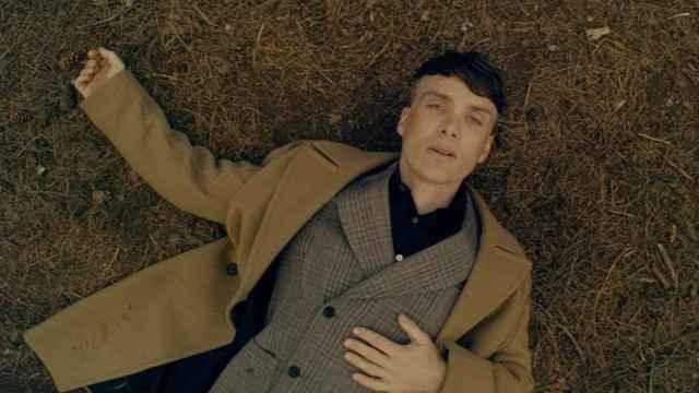 Escena en la que Cillian Murphy aparece en el bosque vestido de Stella McCartney. | Foto: Stella McCartney.