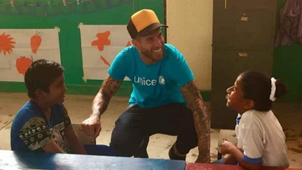 Ramos junto a los niños peruanos en su viaje con Unicef. Foto: @sr4oficial
