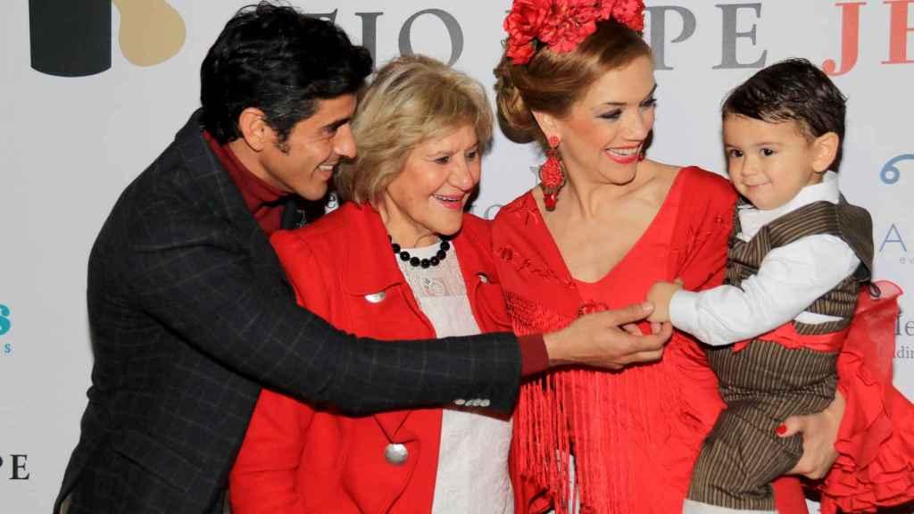 Víctor Janeiro, Beatriz Trapote y su hijo Víctor junto a Carmen Bazán en la Pasarela Flamenca de Jerez.