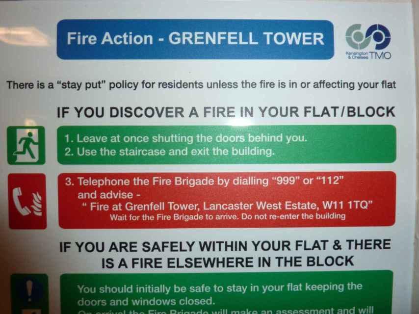 Un cartel indicando a los vecinos que permanezcan en su piso en caso de incendio salvo que alcance la vivienda.
