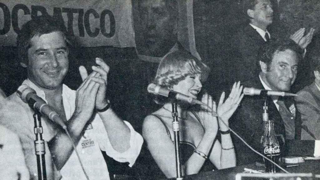 El cantante Mochi, la actriz Bárbara Rey y el actor Arturo Fernández durante una conferencia de prensa mientras seguían la marcha del escrutinio.