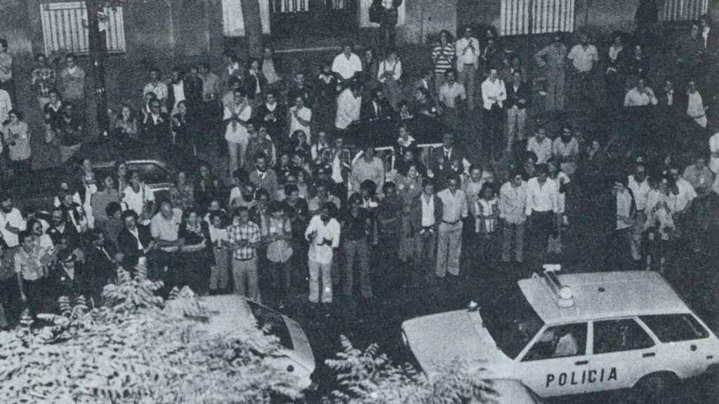 Numerosas personas se apiñaron frente al 161 de la calle García Morato de Madrid, donde se encontraban los socialistas.
