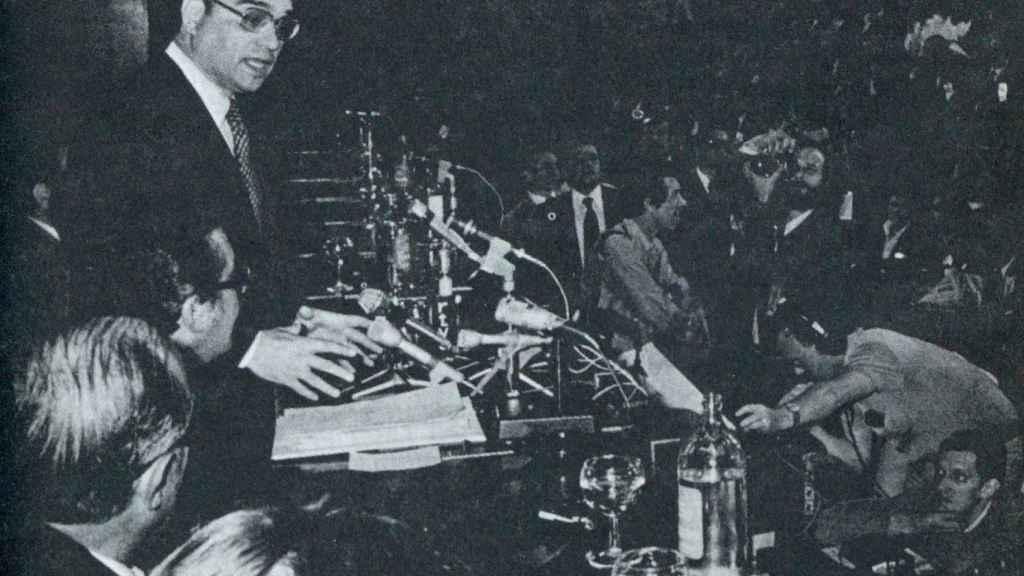 El ministro de Gobernación, Martín Villa, durante la rueda de prensa celebrada en el palacio de Congresos el 16 de junio. Sólo se dieron resultados muy parciales de las elecciones.